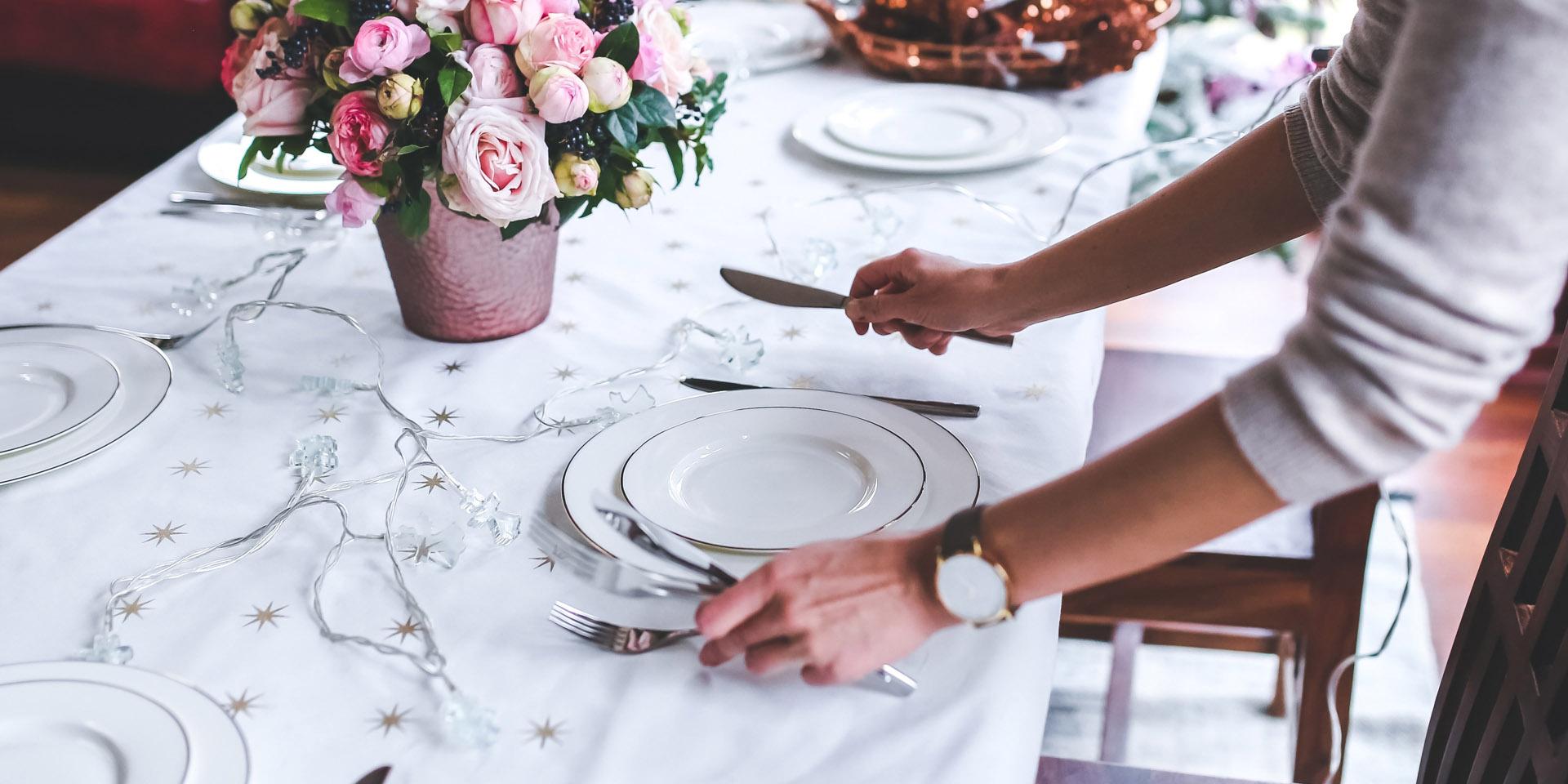 Ein Tisch wird gedeckt