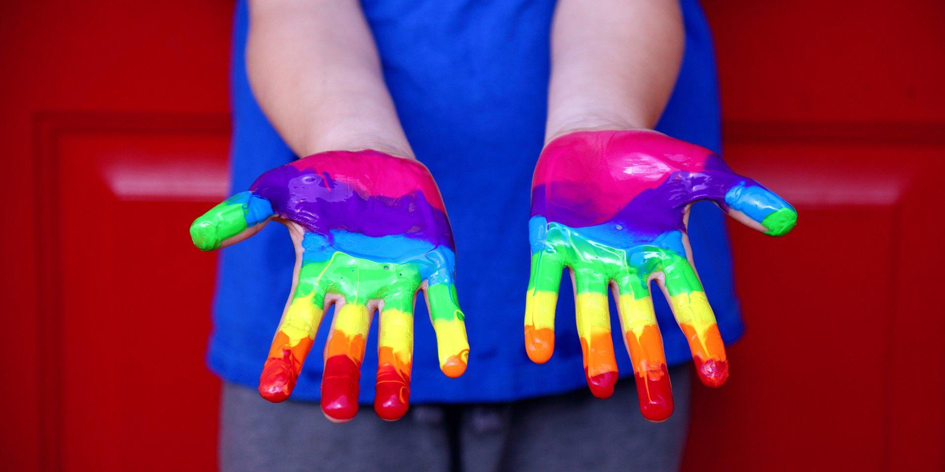 Mit Farbe bemalte Kinderhände