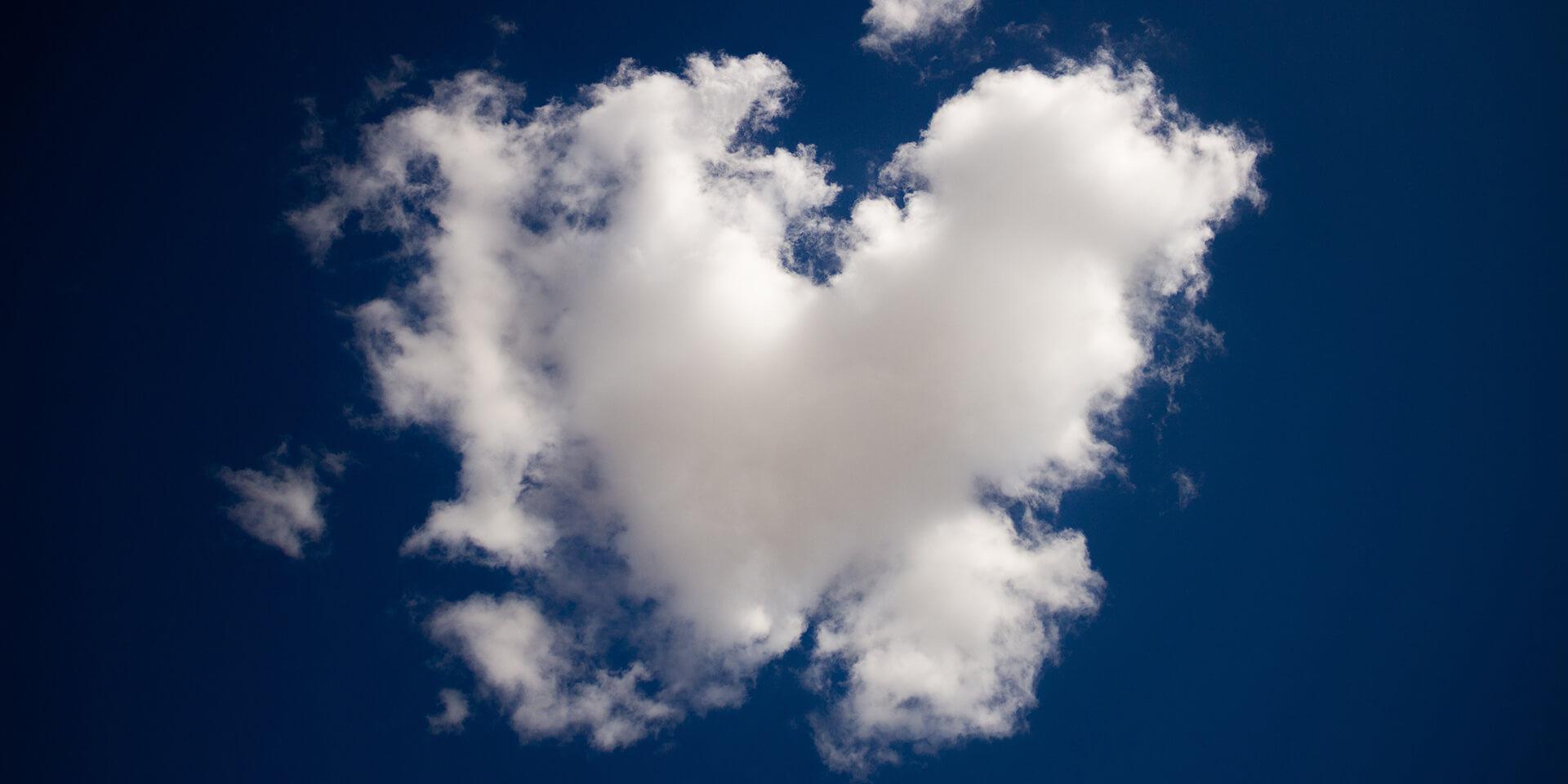 Ein Wolkenherz auf blauem Himmel