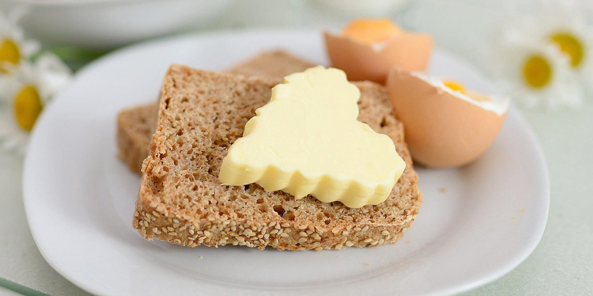 Brot, ein Stück Butter in Herzform und ein gekochtes Ei liebevoll angerichtet ,© pixabay/congerdesign