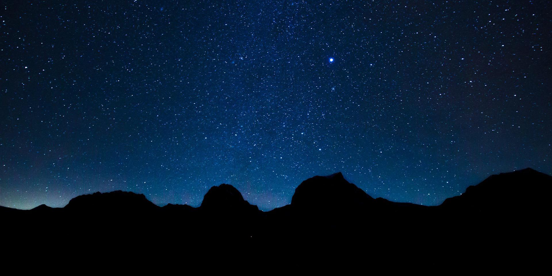Sternenhimmel über Gebirge